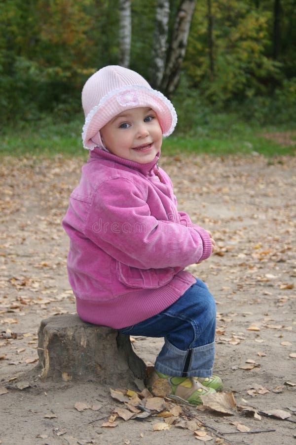 Baby op stomp royalty-vrije stock fotografie