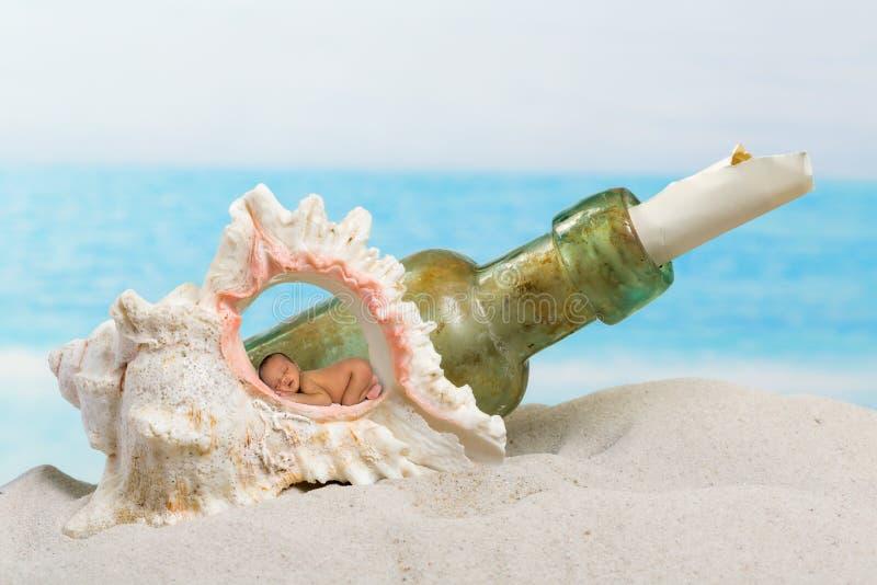 Baby op strand stock foto