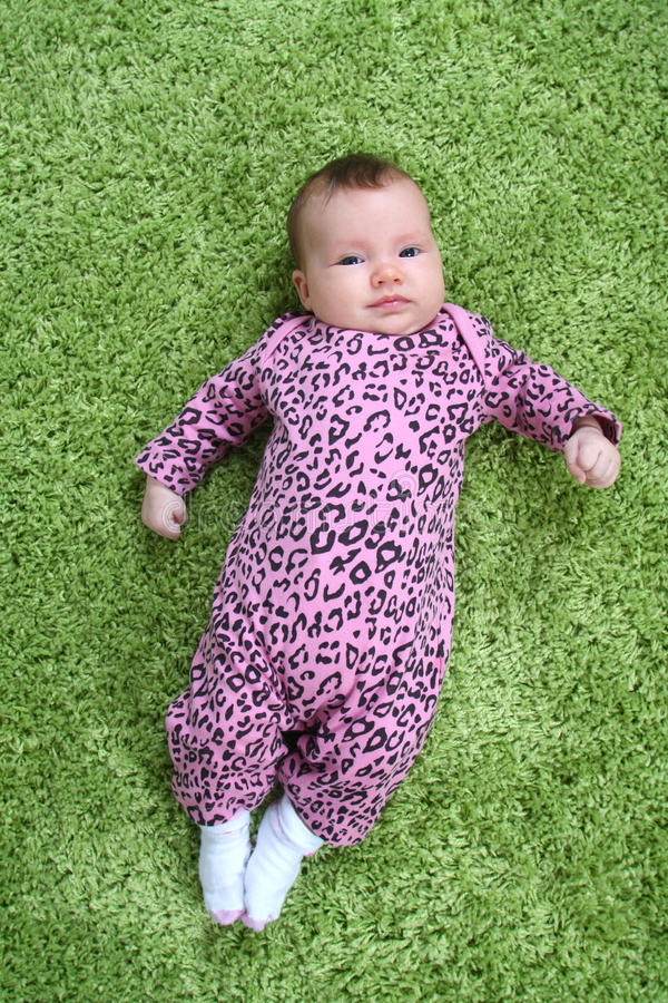 Baby op tapijt royalty-vrije stock fotografie