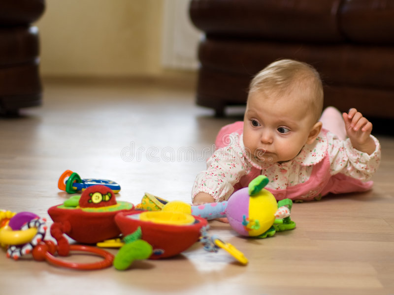 Baby op vloer stock foto