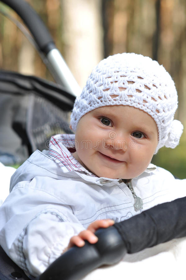 Baby openlucht in het spoor royalty-vrije stock fotografie