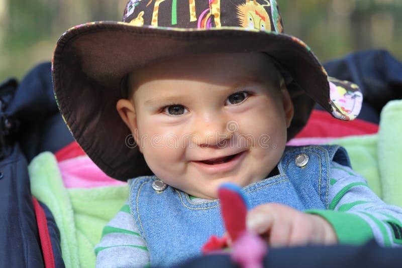 Baby openlucht in het spoor royalty-vrije stock afbeelding