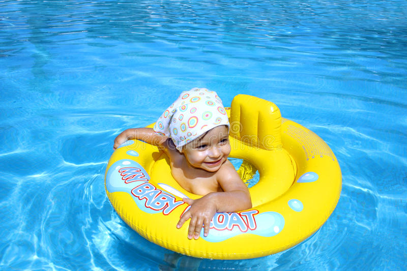 Baby in pool stock foto