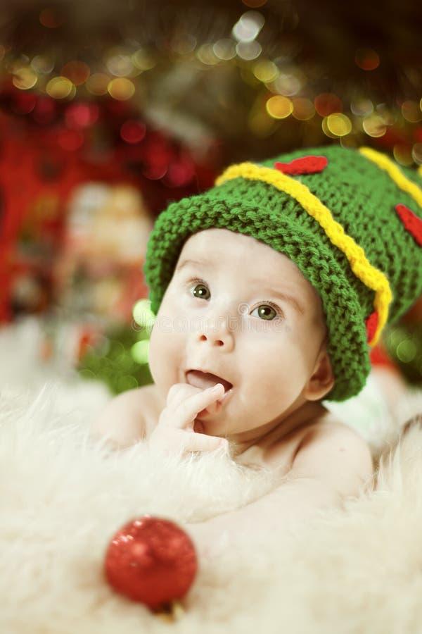 Baby-Porträt, neugeborenes Kind, Kind im grünen Weihnachtsbaum-Hut stockfoto