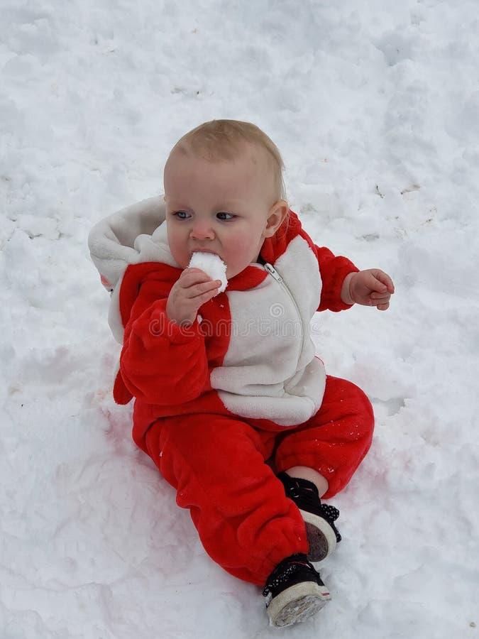 Baby& x27; s Pierwszy Śnieżny dzień fotografia stock
