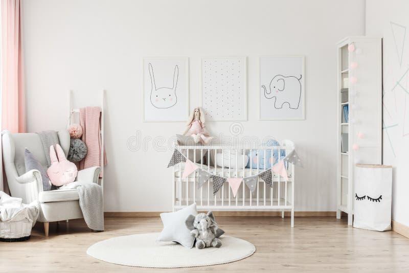Baby ` s Raum mit grauem Lehnsessel lizenzfreie stockfotografie