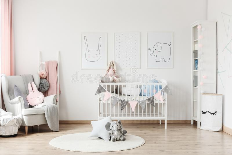Baby` s ruimte met grijze leunstoel royalty-vrije stock fotografie