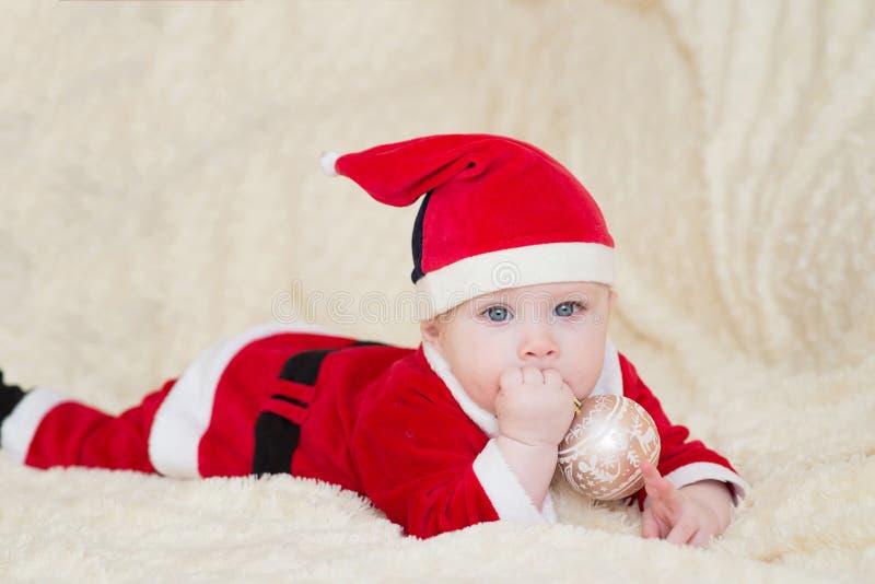 Baby in Sankt-Kostüm Weihnachten Neues Jahr lizenzfreies stockbild