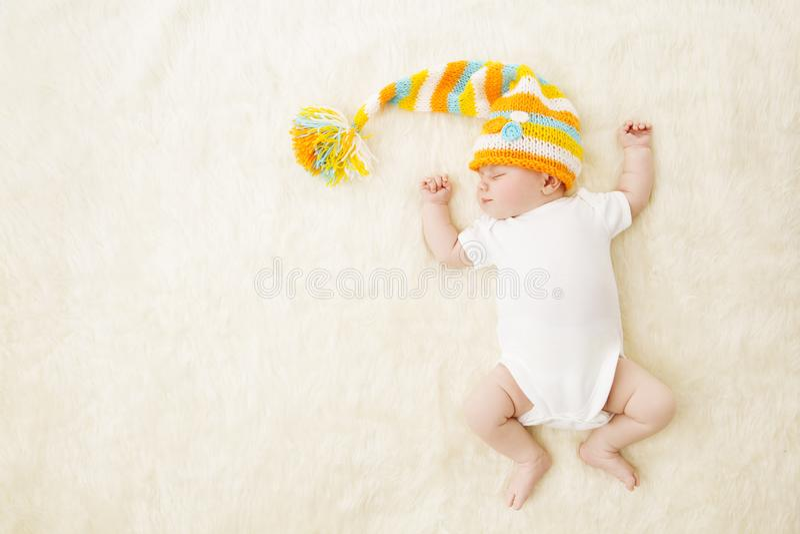 Baby-Schlaf-bunter Hut, neugeborenes Kind, das im Bodysuit schläft stockbilder
