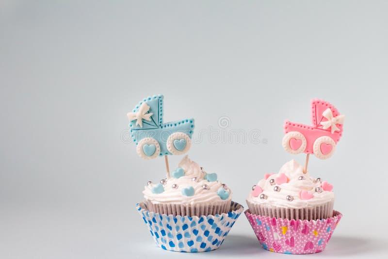 Baby showermuffin för en flicka och en pojke Kopplar samman nyfött meddelande Textutrymme arkivfoton