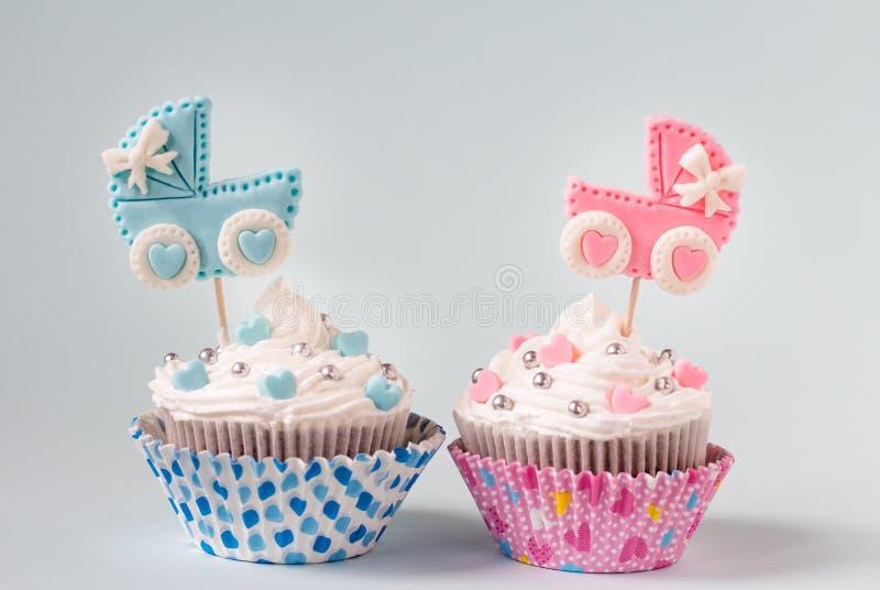 Baby showermuffin för en flicka och en pojke Nyfött meddelandebegrepp royaltyfria foton