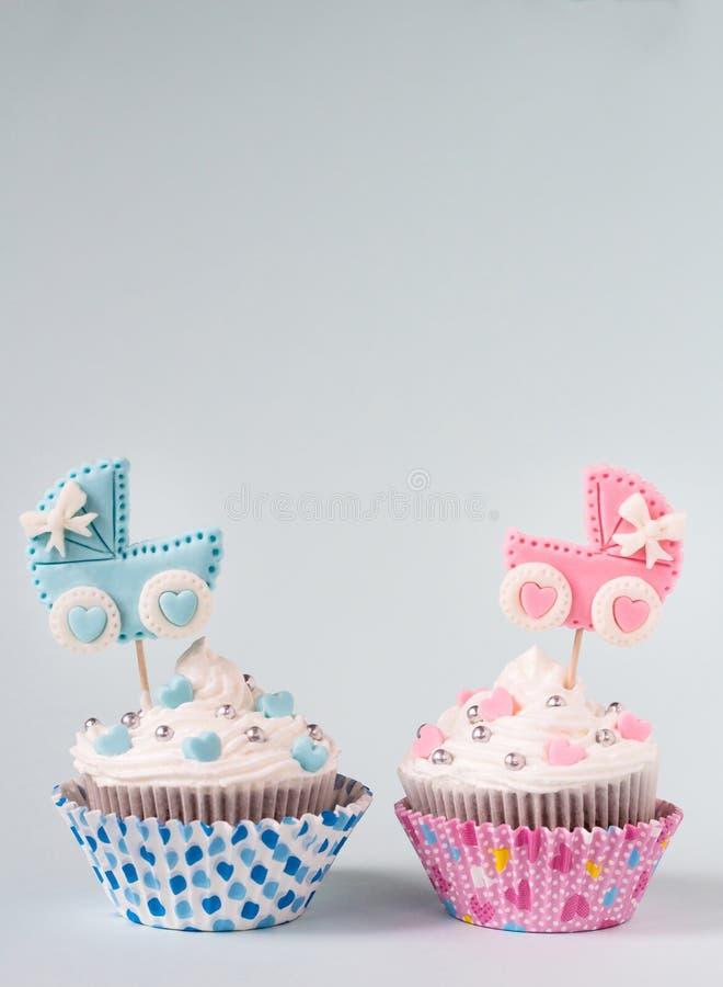 Baby showermuffin för en flicka och en pojke Nyfött meddelandebegrepp Textutrymme royaltyfri bild