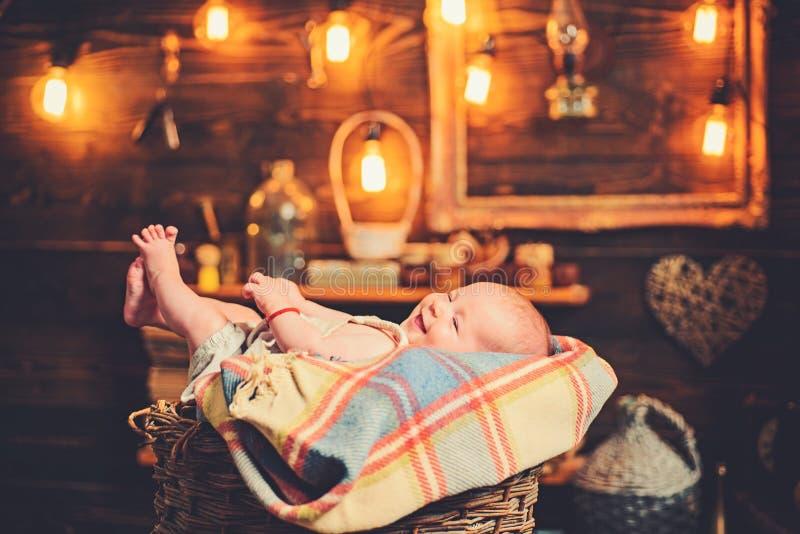 Baby-sitter competente Menina pequena com cara bonito parenting Retrato da crian?a pequena feliz Fam?lia Puericultura imagem de stock