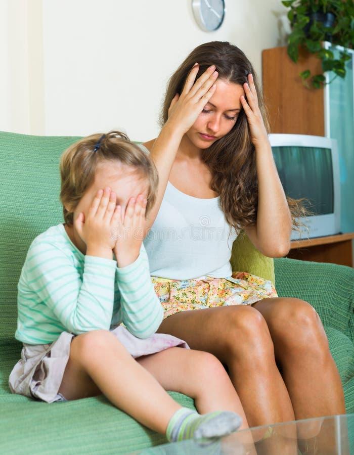 Baby-sitter e criança pequena novos desagradados foto de stock