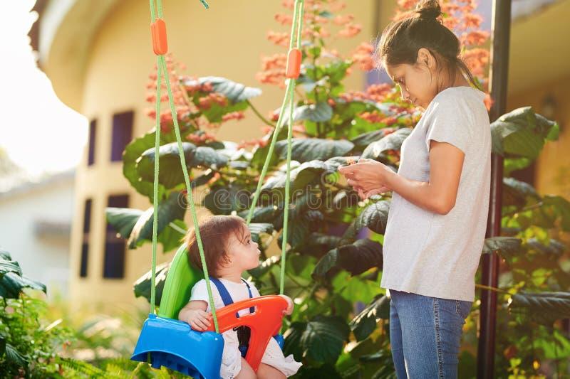 Baby-sitter novo que procura o bebê imagens de stock royalty free