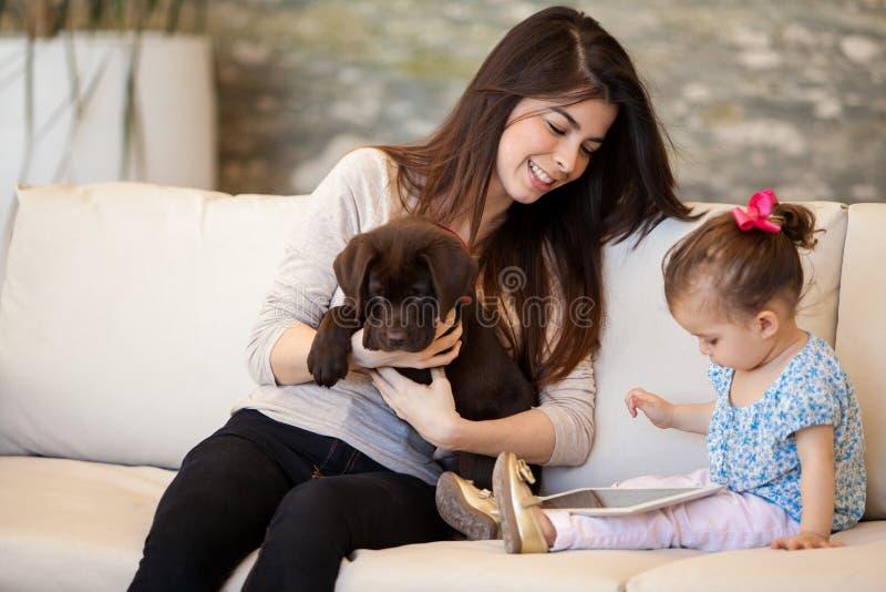 Baby-sitting een meisje en haar puppy stock afbeelding