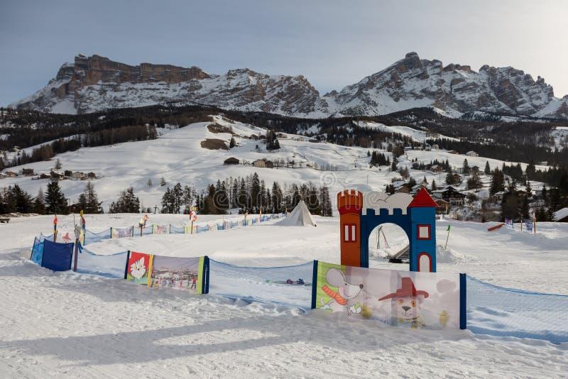 Baby Ski Area School für Kinder in den italienischen Dolomit-Alpen-Bergen: Kinderschnee-Park stockfotografie