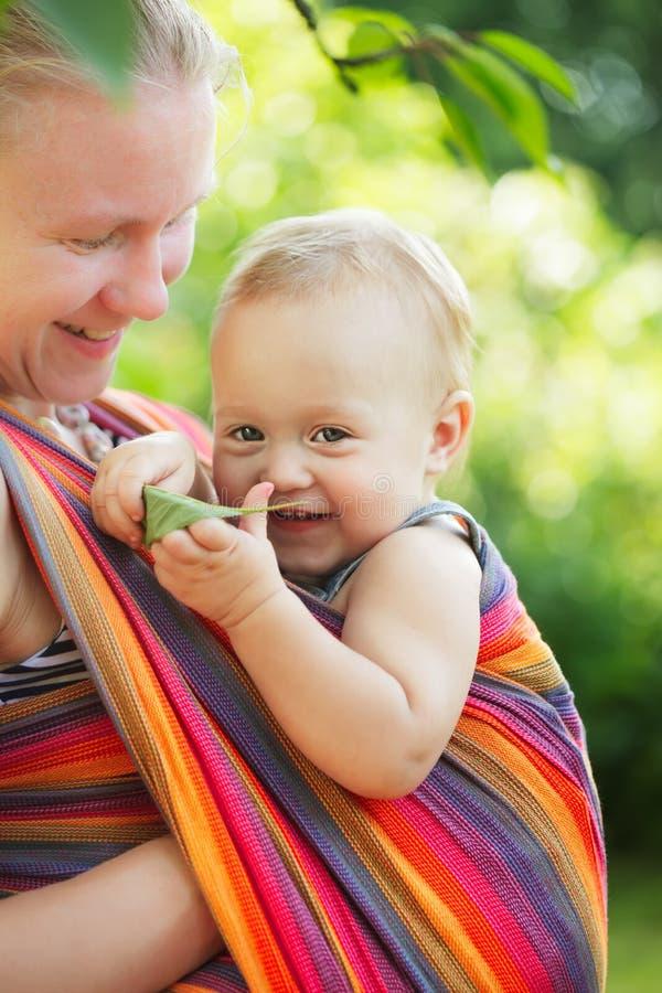 Baby in slinger royalty-vrije stock foto's