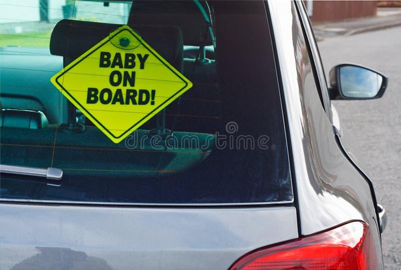 Baby som varnar, undertecknar ombord royaltyfria foton