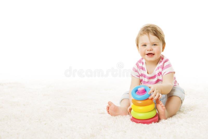 Baby-Spiel Toy Rings Pyramid, Säuglingskind, das Bausteine spielt lizenzfreie stockfotografie