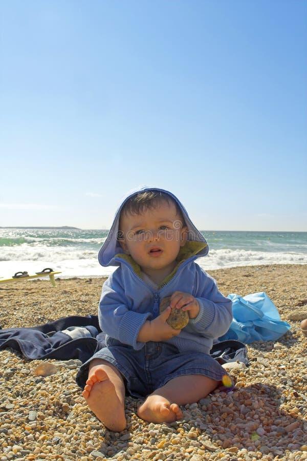 Baby am Strand lizenzfreie stockfotografie