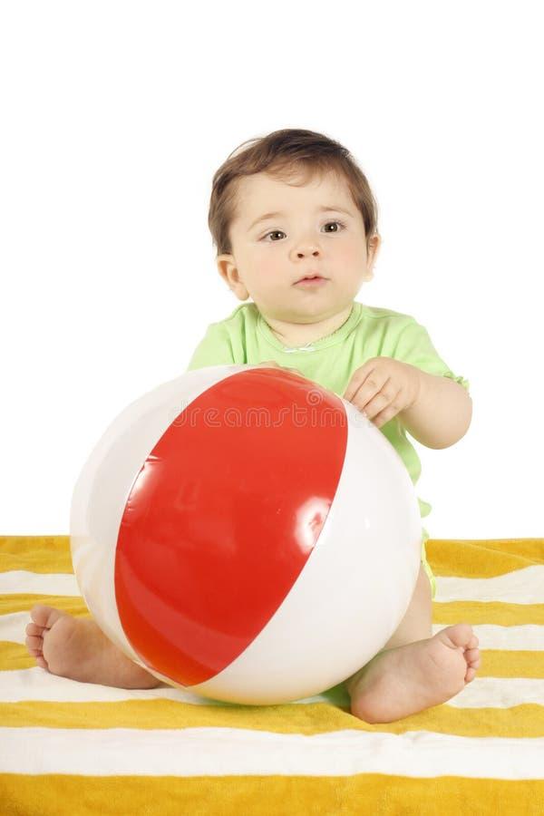 Baby, Strand towell en bal stock foto