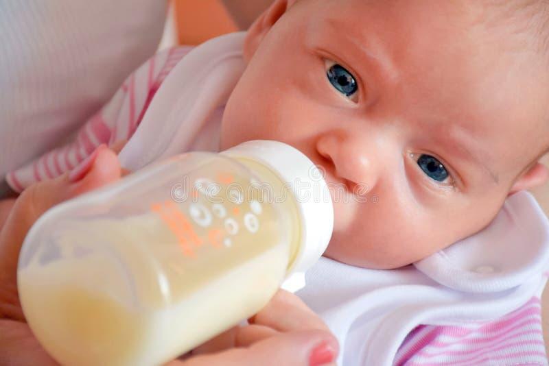 Baby tijdens het met de fles grootbrengen royalty-vrije stock foto
