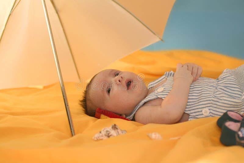 baby umbrella uner 免版税库存照片