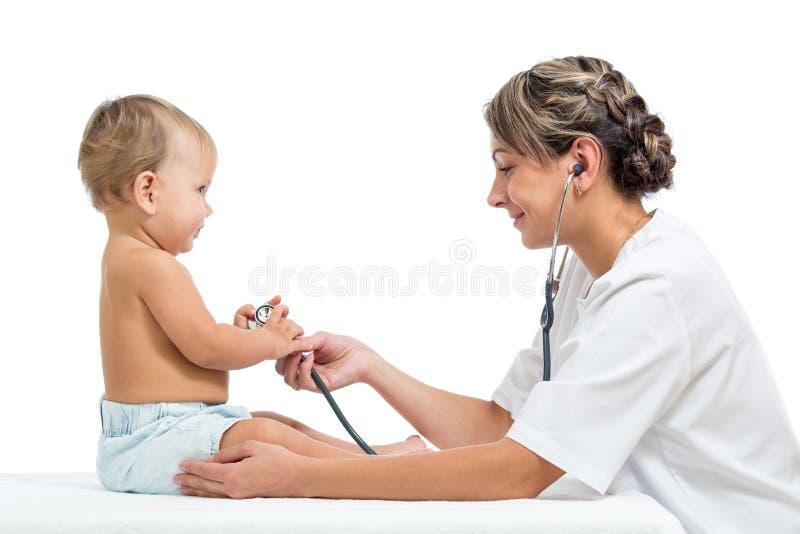 Baby und Doktor auf weißem Hintergrund stockbild