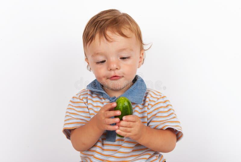 Baby und eine delicous Gurke lizenzfreie stockfotografie