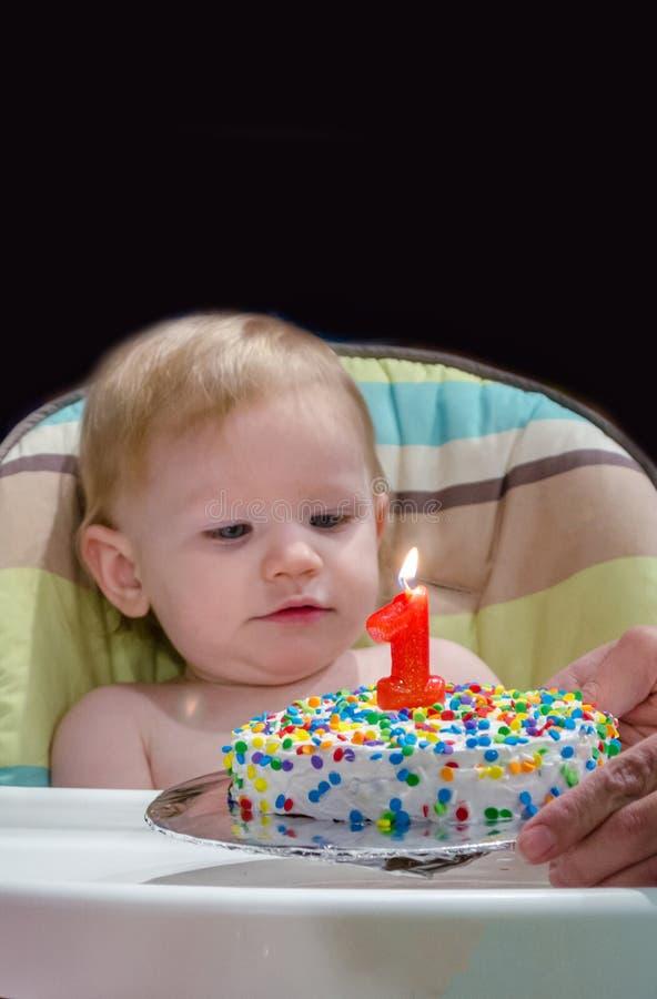 Baby und erster Geburtstagskuchen stockfoto