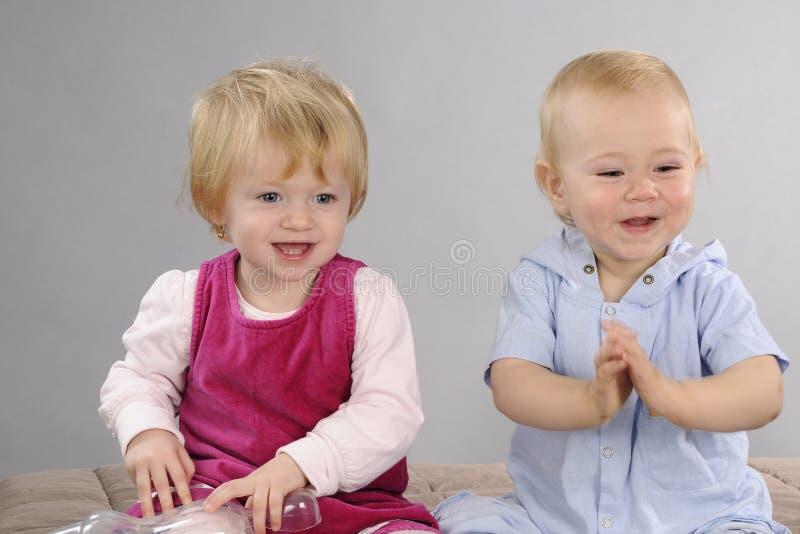Baby- und Mädchenspielen stockfotografie