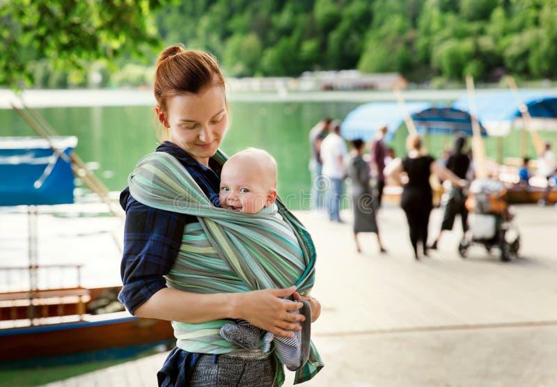 Baby und Mutter auf Natur lizenzfreie stockfotografie