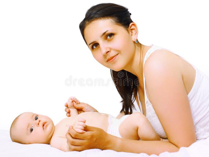 Baby und Mutter im Betthaus lizenzfreie stockbilder