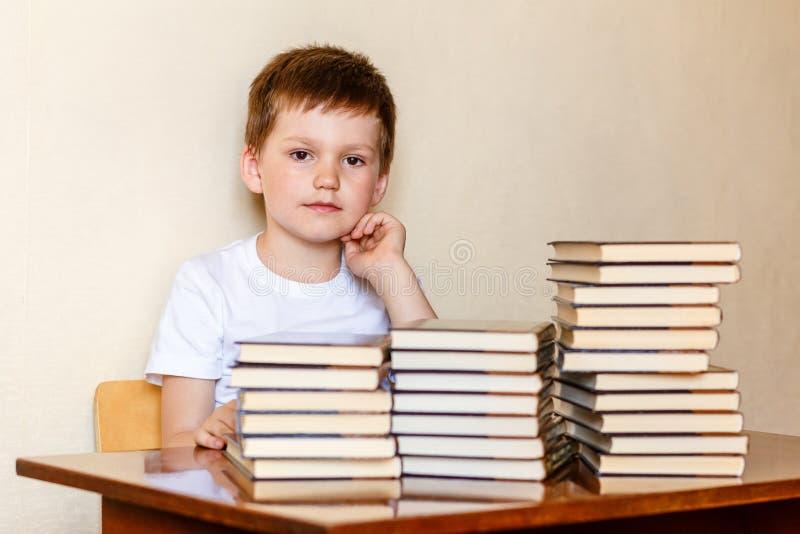 Baby und Stapel Bücher stockfotografie