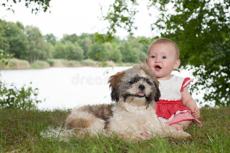 Baby und Welpe in der Natur lizenzfreies stockfoto