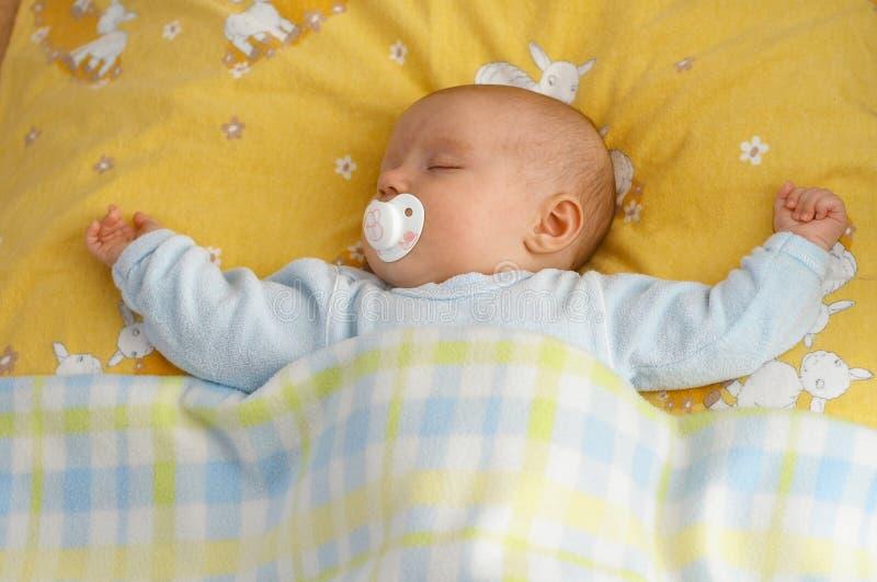 Baby in voederbak stock afbeeldingen