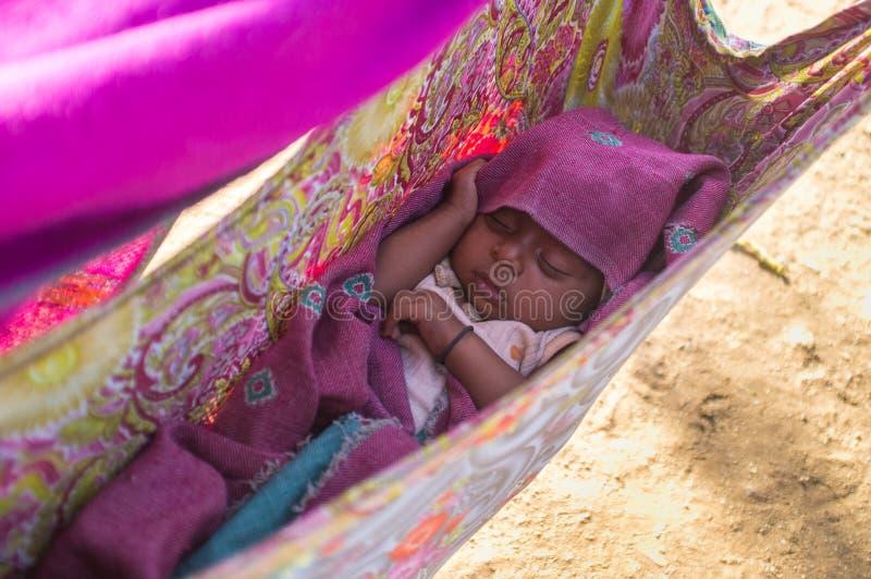 Baby in voederbak stock foto's