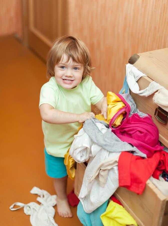 Baby wählt Kleid lizenzfreie stockbilder