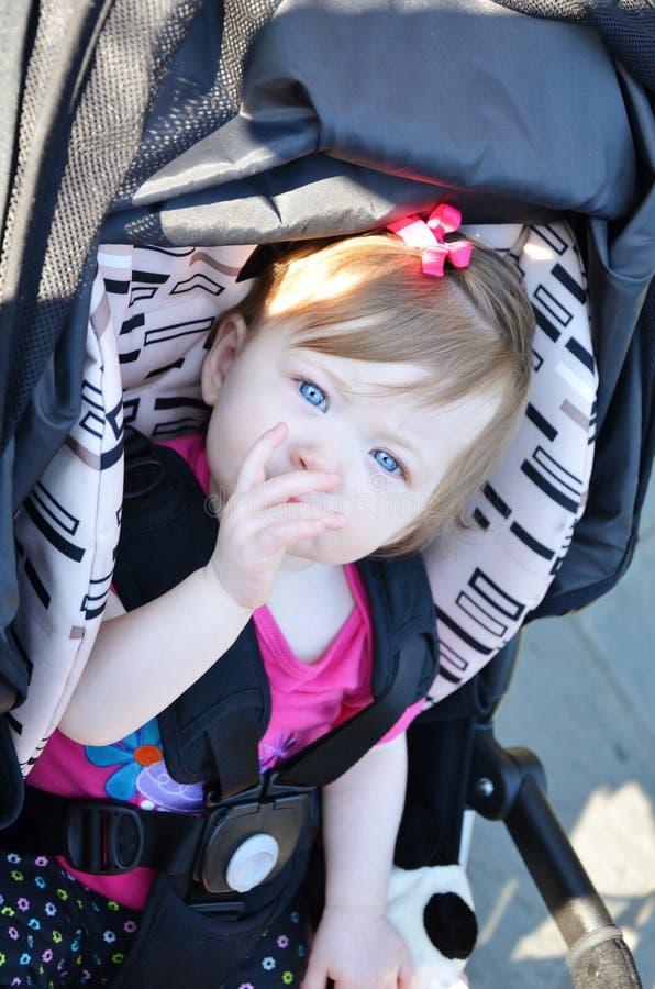 Baby in Wandelwagen stock foto's