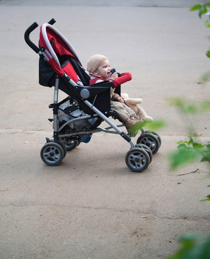 Baby in wandelwagen stock fotografie