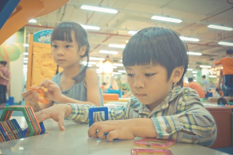 Baby zwei, das mit pädagogischem Spielzeug spielt lizenzfreie stockbilder