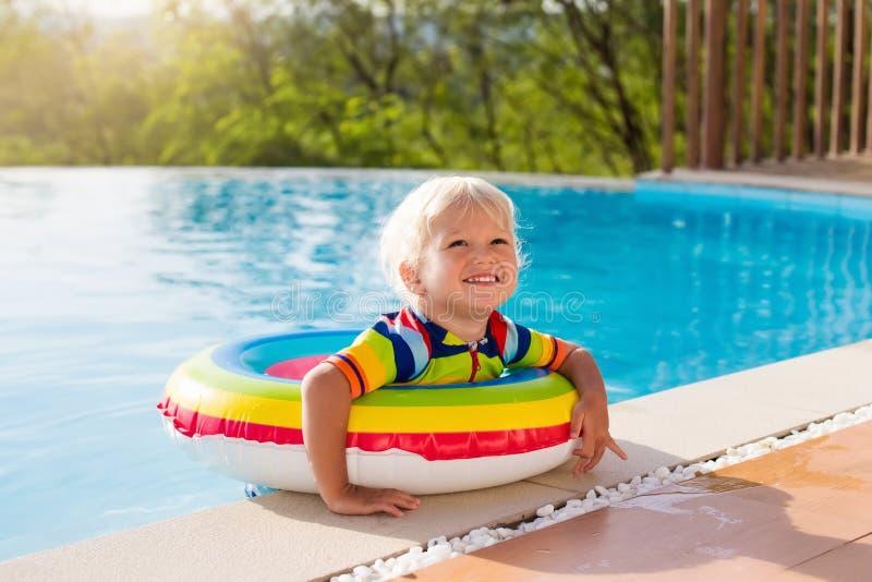 Baby in zwembad De jonge geitjes zwemmen De pret van de kindzomer royalty-vrije stock foto