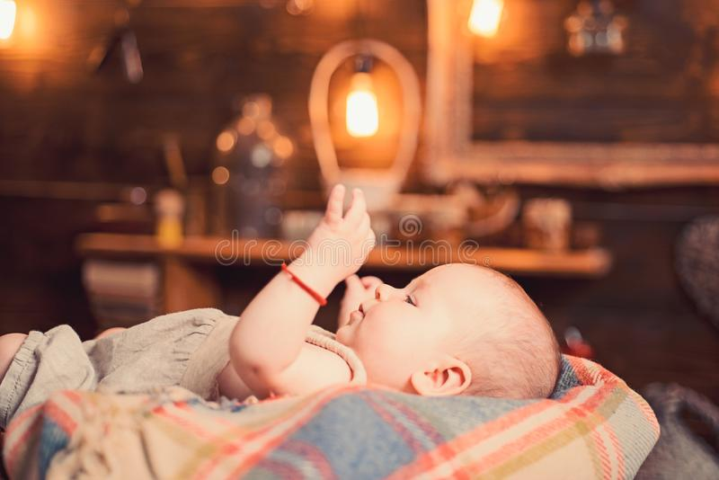 Babybirth r r r Παιδική ηλικία και ευτυχία Μικρό κορίτσι με το χαριτωμένο πρόσωπο _ o στοκ εικόνες