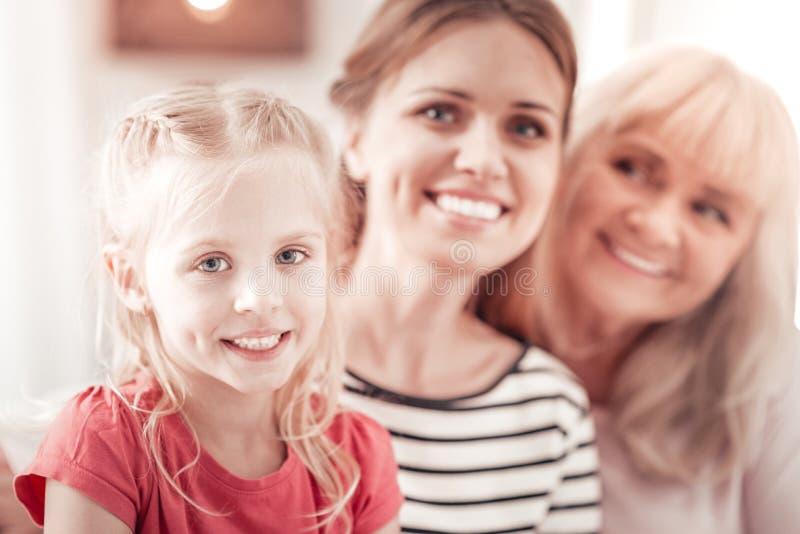 Babyboomer de pelo largo elegante que pasa tiempo con su familia fotos de archivo libres de regalías