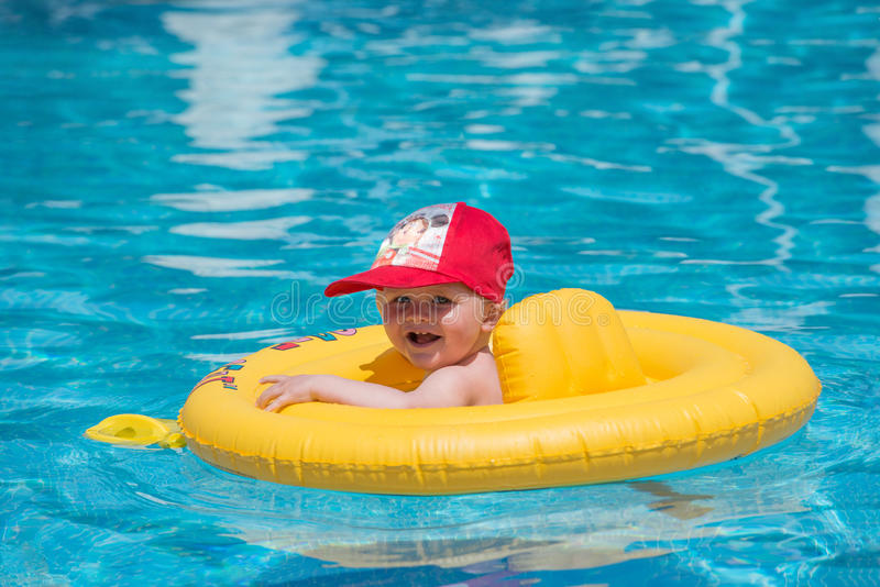 Babyboy in de pool stock afbeeldingen
