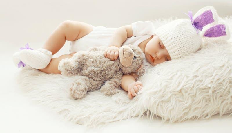 Babycomfort! Zoete zuigeling die thuis met teddybeer slapen royalty-vrije stock foto