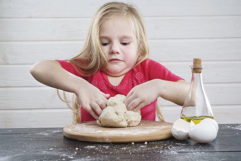Babydeeg kok Ontwikkeling van het kind stock foto