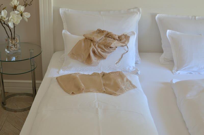 Babydoll sur un lit photo stock