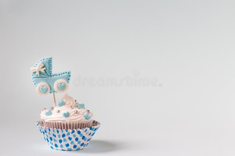 Babydouche cupcake voor een jongen Pasgeboren aankondigingsconcept Tekstruimte stock afbeeldingen